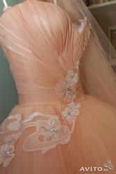 Свадебное платье Цвет коралл-персик. Длинный шлейф, фата,  вышивки.