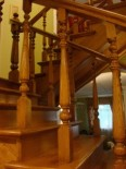 Делаем деревянные лестницы для загородных домов на заказ