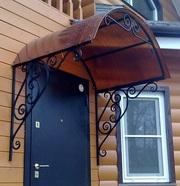козырек с элементами ковки над входом для дома дачи