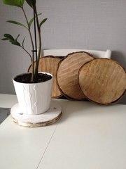 Спилы деревьев,  декор из натурального дерева.